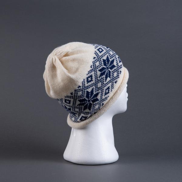 Hvit strikkelue med blå rose