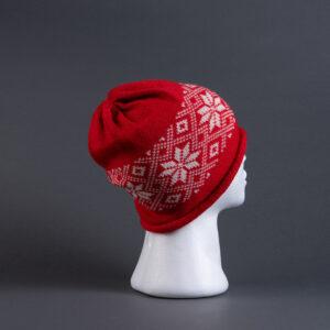 Strikkelue rød bunn, med hvit rose