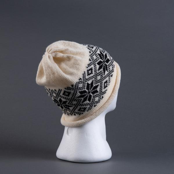 Strikkelue hvit bunn, svart rose